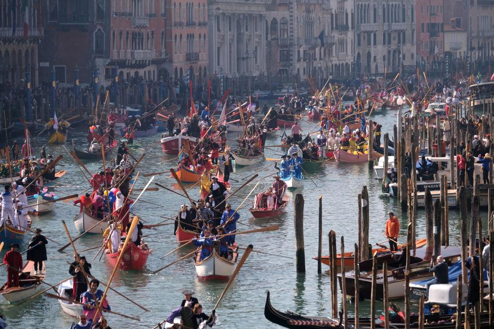 Праздничный парад в день открытия Венецианского карнавала