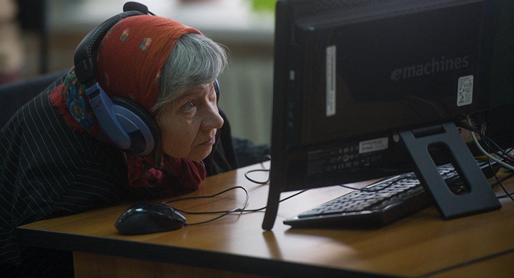Архивное фото пенсионерки за компьютером
