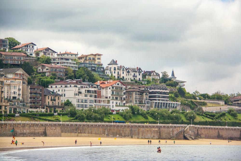 Concha Beach в Сан-Себастьяне, Испания
