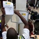Стенд информации об авиакатастрофе самолета эфиопских авиалиний в Кении