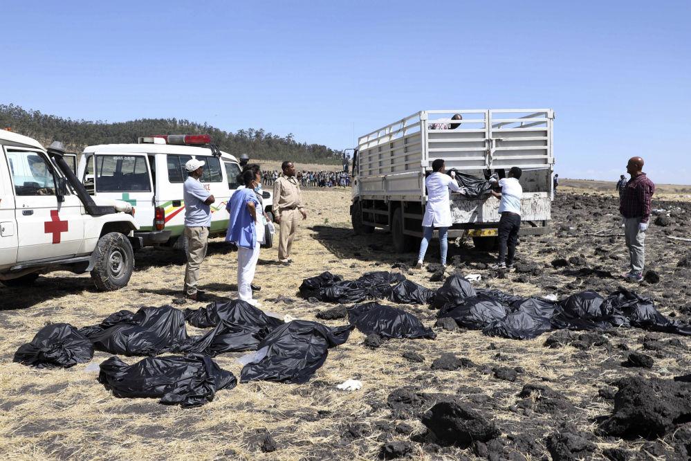 Тела на месте крушения самолета авиакомпании Ethiopian Airlines