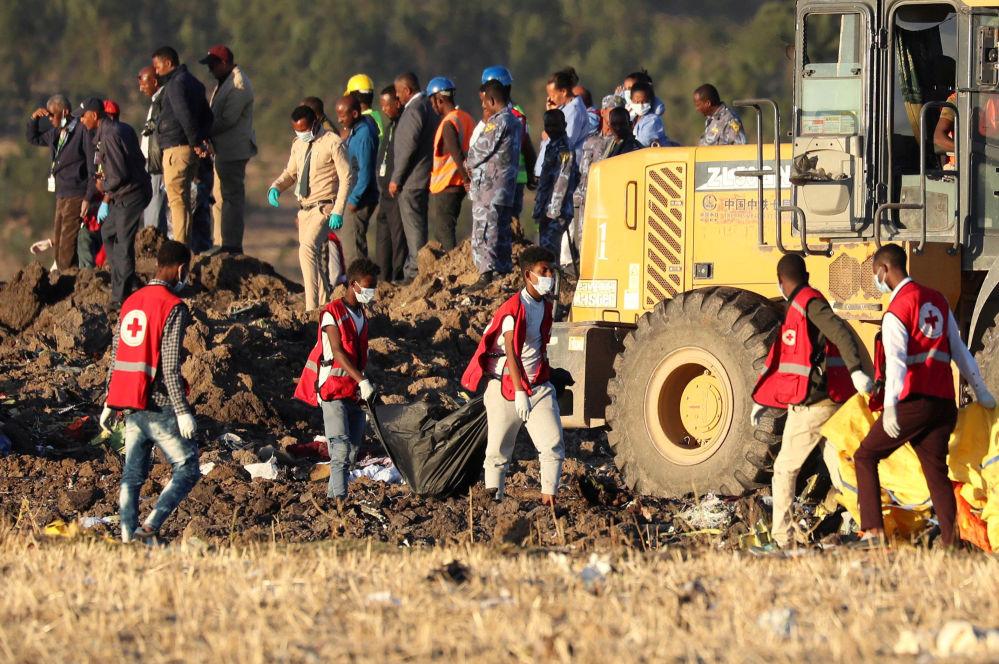 Поисковые работы на месте крушения самолета авиакомпании Ethiopian Airlines