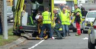 Сотрудники службы спасения на месте нападения на мечети в Новой Зеландии