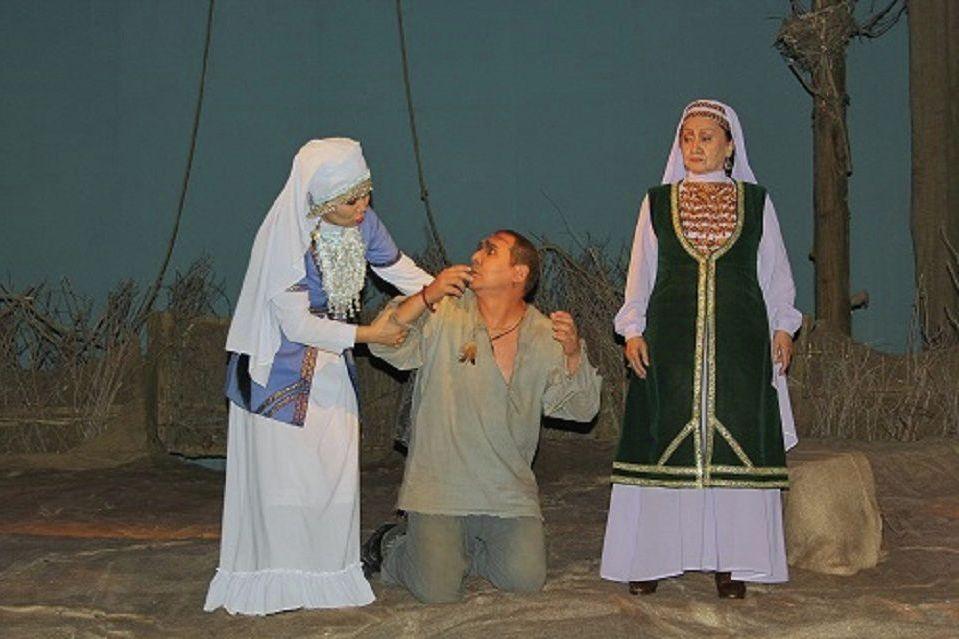 Серке Қожамқұлов атындағы театрдағы қойылым кезінде түсірілген сурет