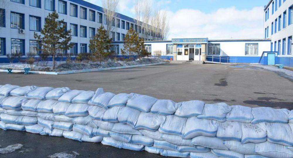 Подготовка к паводку возле школы в Атбасаре
