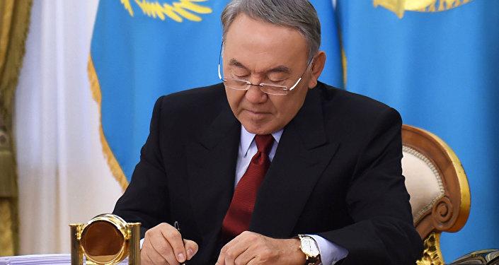 Нурсултан Назарбаев подписывает закон РК. Архивное фото