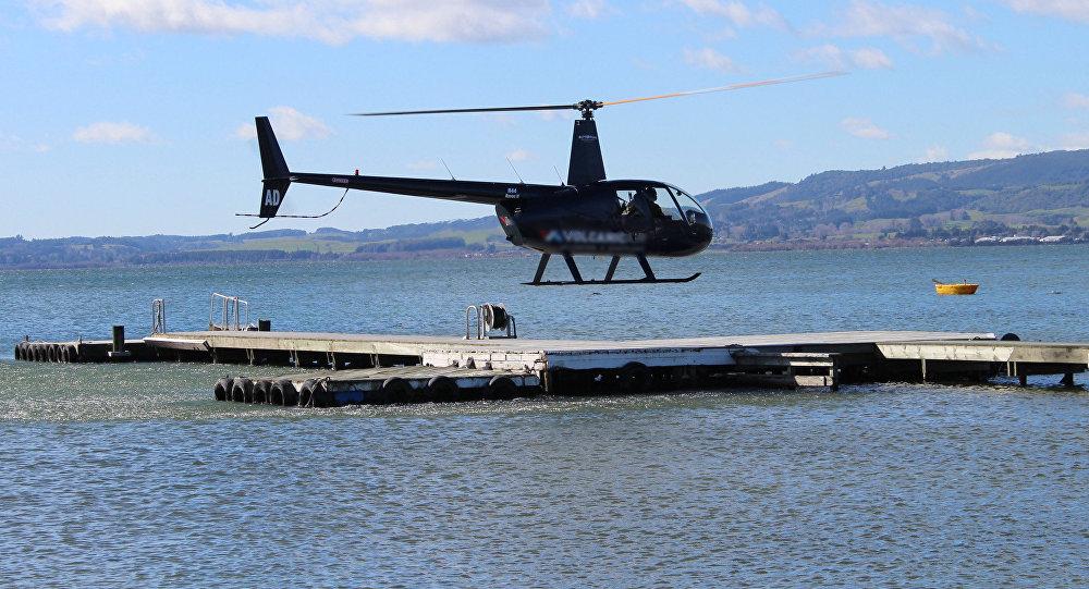 Вертолет над озером