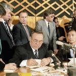 Нұрсұлтан Назарбаевтың өз кітабына қолтаңба қою сәті, 1991 жыл.