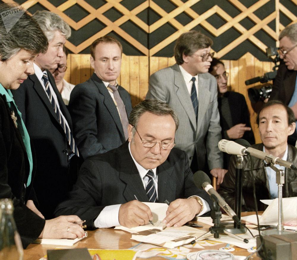 Президент Казахстана Нурсултан Назарбаев ставит автограф на своей новой книге Без правых и левых, 1991 год