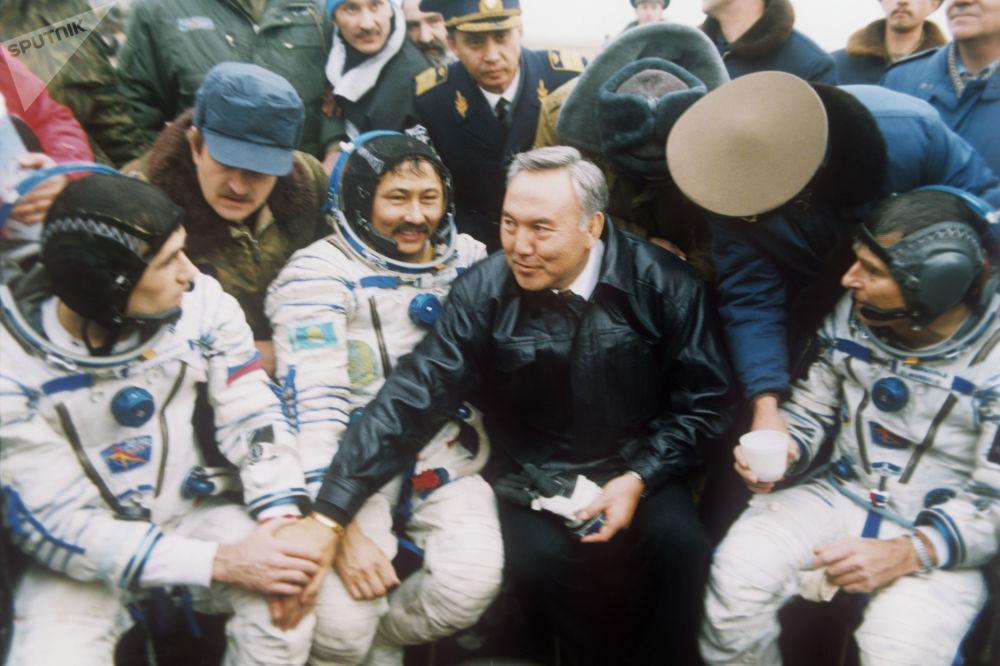 Президент Казахстана Нурсултан Назарбаев поздравляет космонавтов космического корабля Союз ТМ-19 с удачным завершением полета, 1994 год