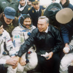 Нұрсұлтан Назарбаевтың (ортада) Союз ТМ-19 ғарыш кемесі экипажын  құттықтау сәті, 1994 жыл.