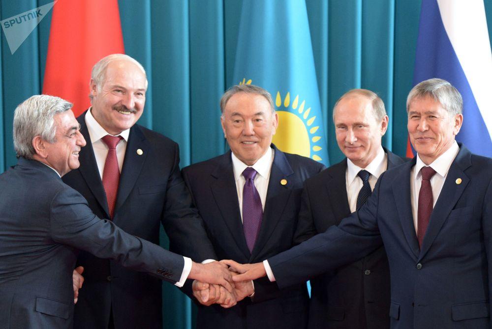 Жоғарғы еуразиялық экономикалық кеңеске қатысушы мемлекет басшыларының фотоға түсуі, 2015 жыл.