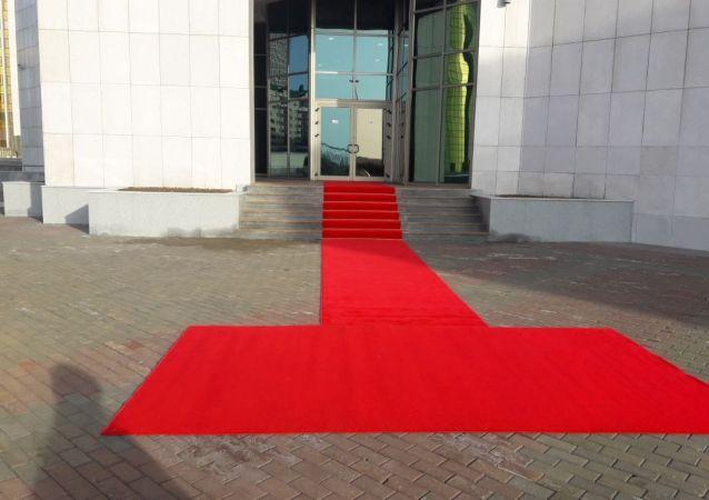 Вход в здание Мажилиса, где сегодня, 20 марта, пройдет совместное заседание  палат парламента