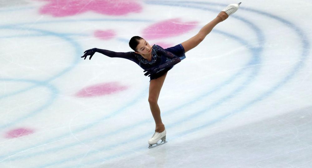Казахстанская фигуристка Элизабет Турсынбаева выступает на чемпионате мира по фигурному катанию в Сайтаме, Япония