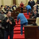 Депутаты, журналисты и фотографы перед совместным заседанием палат парламента
