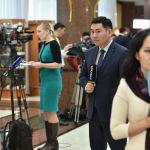 Журналисты перед началом церемонии принесения присяги выходят в прямой эфир