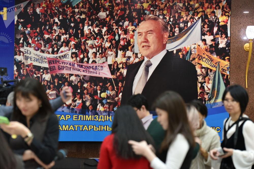 Портрет первого президента Нурсултана Назарбаева в фойе здания парламента