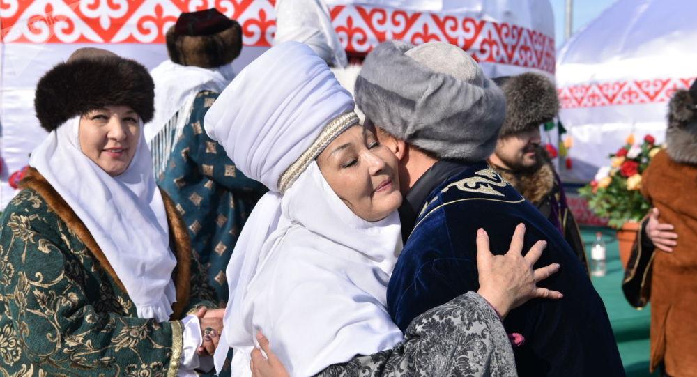 Люди обнимаются и приветствуют друг друга в праздник Наурыз
