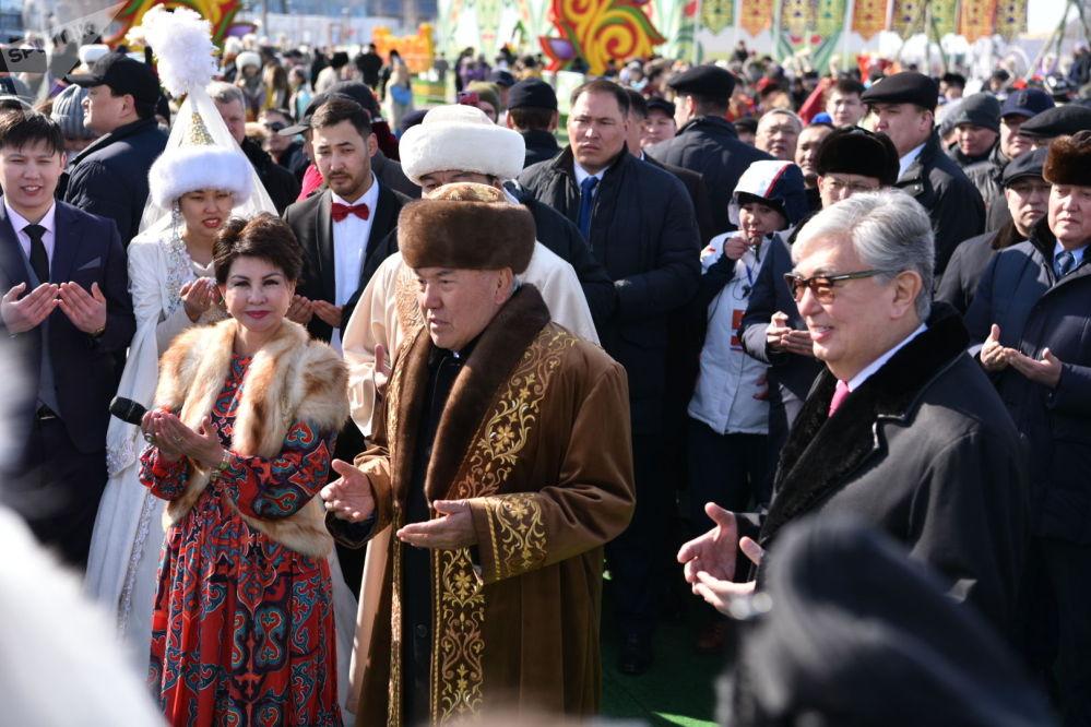 Первый президент Казахстана Нурсултан Назарбаев благословил молодые пары, которые поженились в день Наурыза