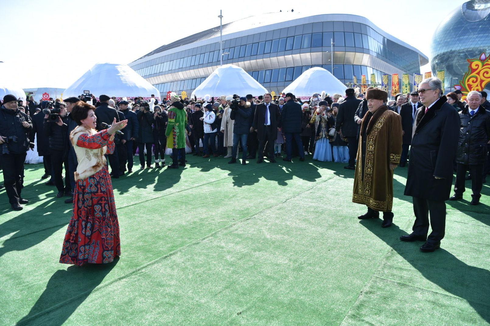 Известная казахстанская певица Роза Рымбаева выступает на празднике Наурыз