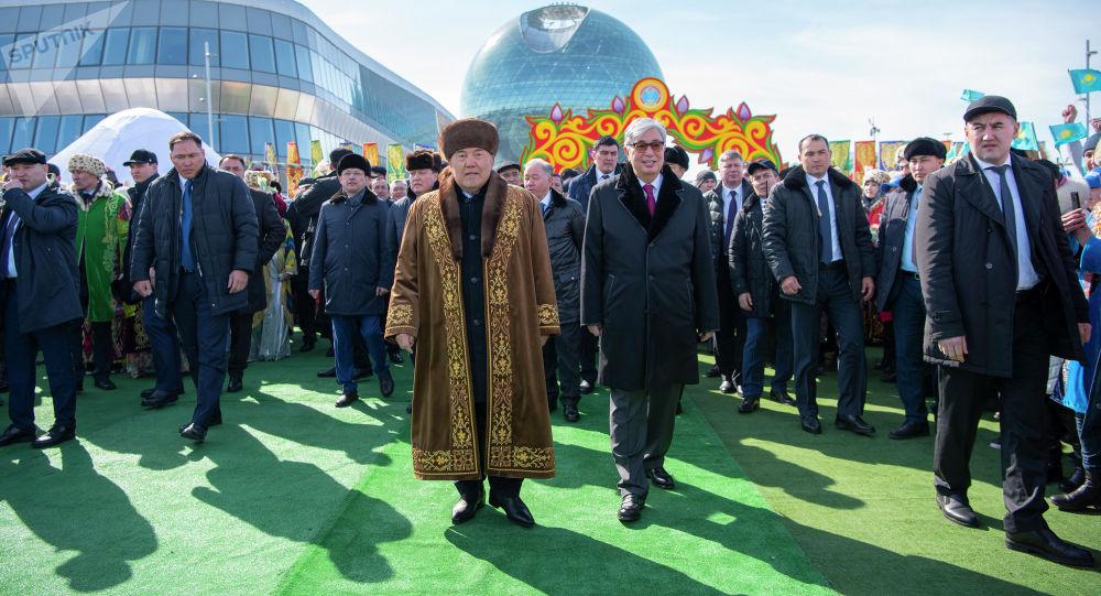 Первый президент Казахстана Нурсултан Назарбаев и действующий глава государства Касым-Жомарт Токаев на праздновании Наурыза