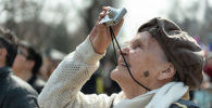 Фотоға түсіріп тұрған қарт адам, көрнекі фото