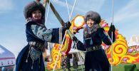 Наурыз мейрамында ұлттық киім киген қыздар
