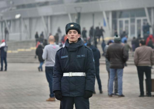 Полицейский у стадиона перед матчем Казахстан-Россия