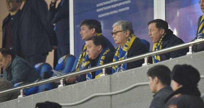 Матч Казахстан - Россия. Отборочный цикл Евро-2020. Слева направо снизу: Аскар Мамин, Касым-Жомарт Токаев, Адильбек Джаксыбеков