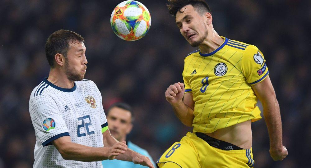 Слева направо: Артём Дзюба (Россия) и Юрий Перцух (Казахстан) в отборочном матче Чемпионата Европы по футболу 2020 между сборными командами Казахстана и России.