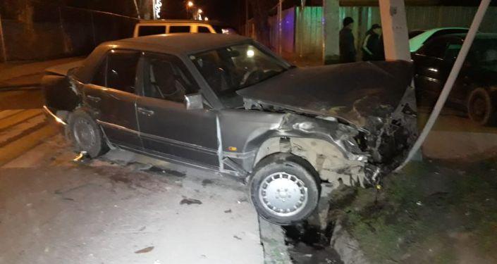 Машина скорой помощи перевернулась в микрорайоне Калкаман