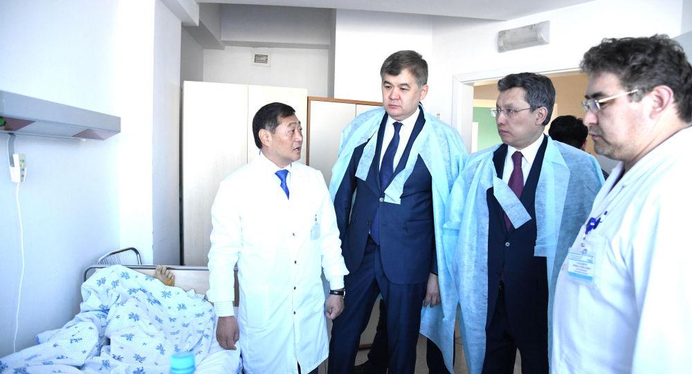 Министр здравоохранения Казахстана Елжан Биртанов (второй слева) и аким Нур-Султана Бахыт Султанов (третий слева) посетили городскую многопрофильную больницу № 2, в которой проходят лечение люди, пострадавшие в крупном ДТП