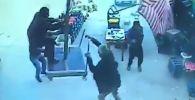 Қатты жел адамды шатырмен бірге ұшырып әкетті - видео