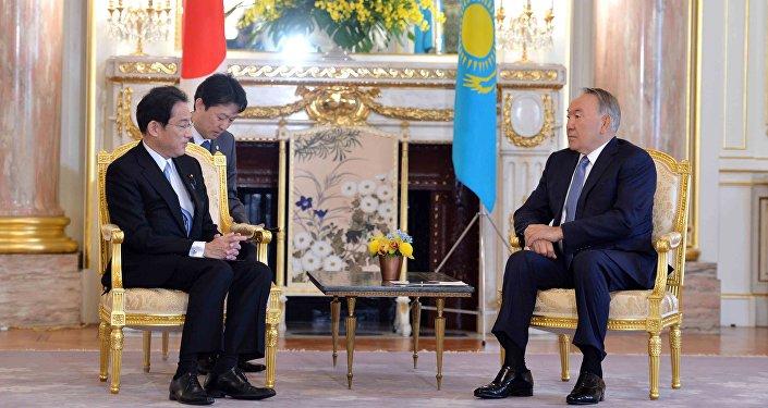 Назарбаев и министр иностранных дел Японии