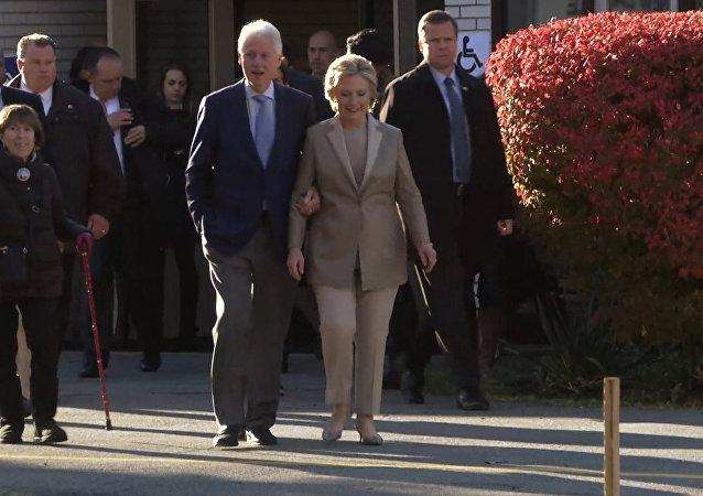 Клинтон дауыс беріп, сайлаушылармен тілдесі