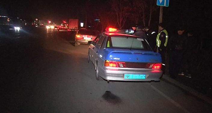 Полицейская машина на месте ДТП в Шымкенте