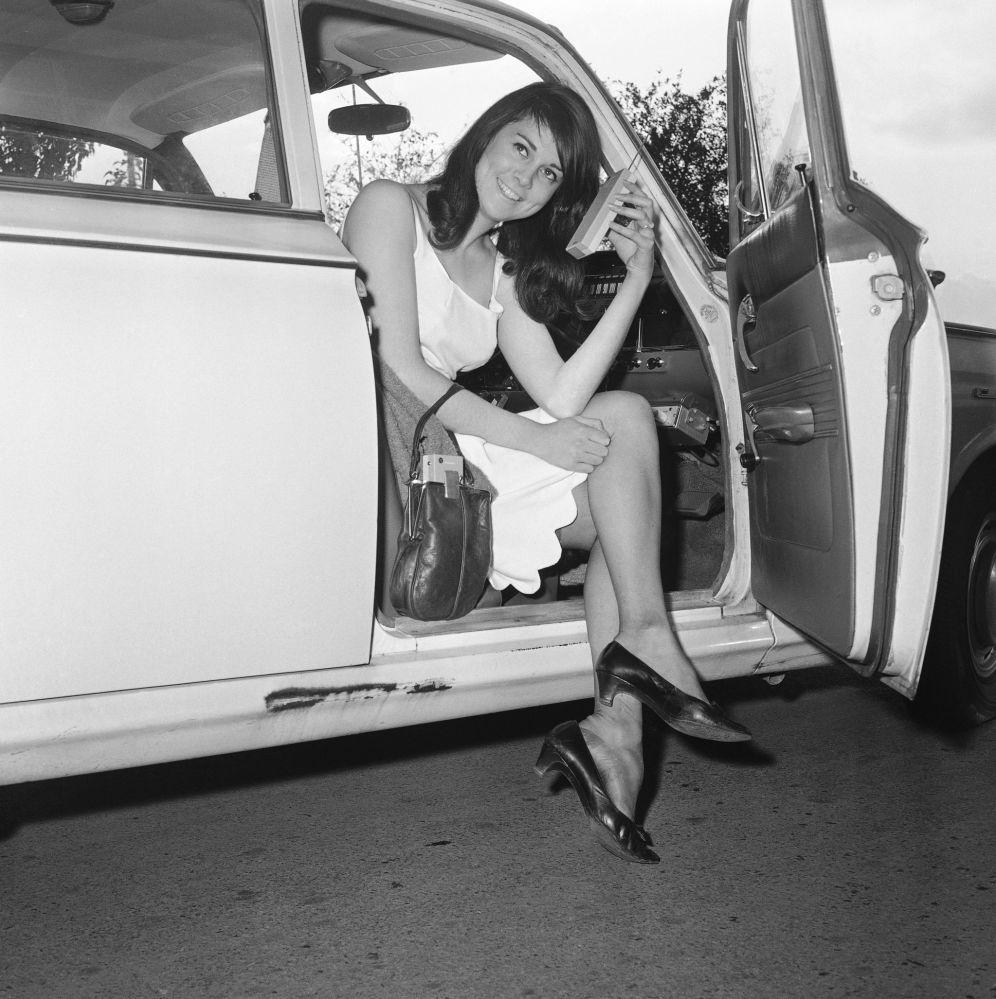 Кэрол Энн Боулер из Кембриджа с миниатюрным радиотелефоном, 1965 год