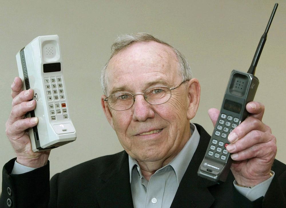 Бывший глава Motorola Design Руди Кролопп с первым мобильным телефоном DynaTAC 8000X и первым мобильным телефоном International 3200, 2003 год