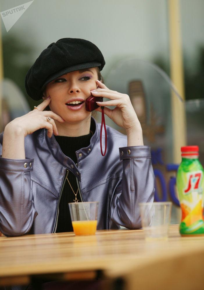 Девушка с мобильным телефоном в Москве, 2004 год