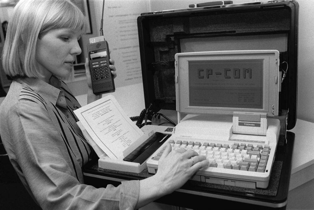 Портативный офис в портфеле с ноутбуком, принтером и мобильным телефоном представлен на выставке технологий CeBit в Ганновере, Германия. 1990 год
