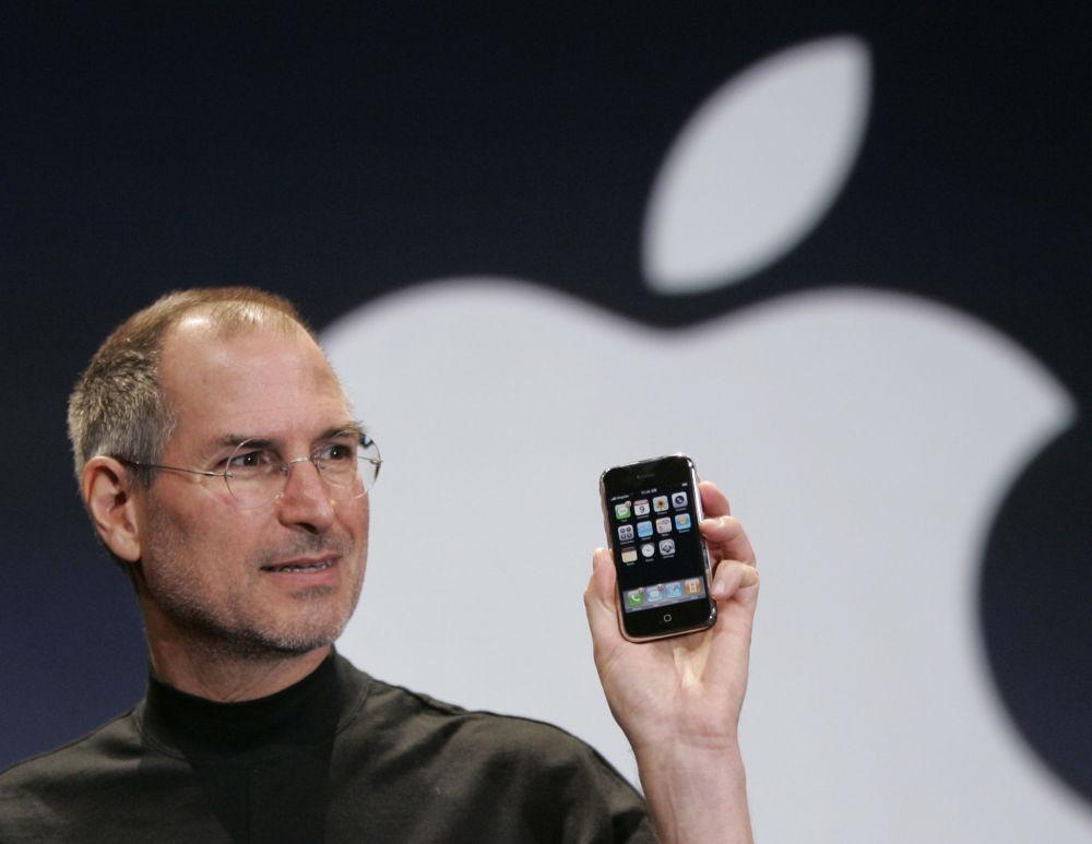 Глава корпорации Apple Стив Джобс держит Iphone на конференции MacWorld в Сан-Франциско, 2007 год