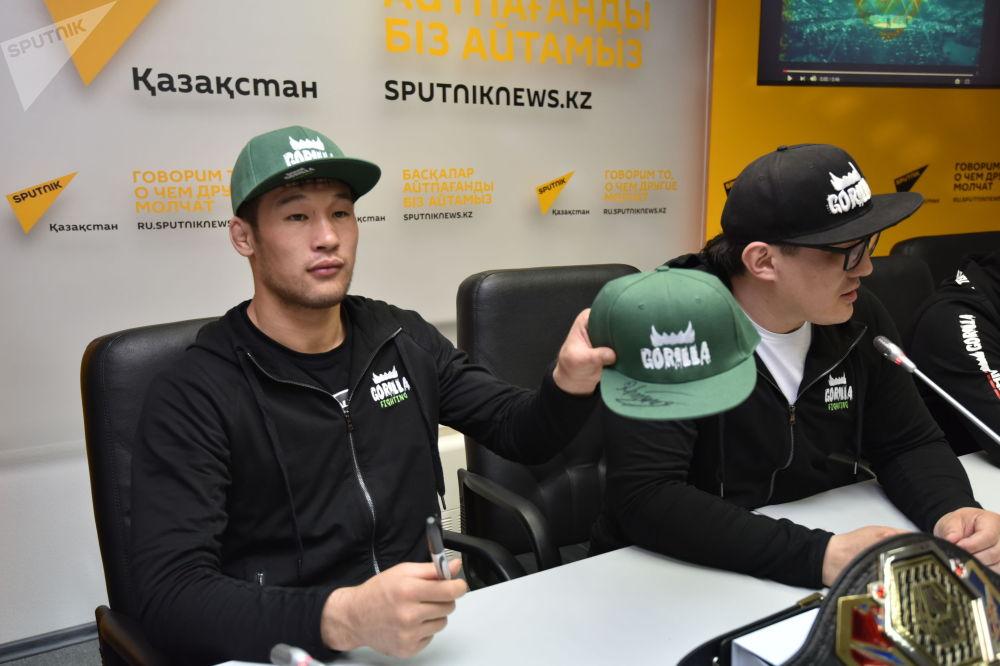 Казахстанский боец смешанных единоборств Шавкат Рахмонов оставил автограф на кепке