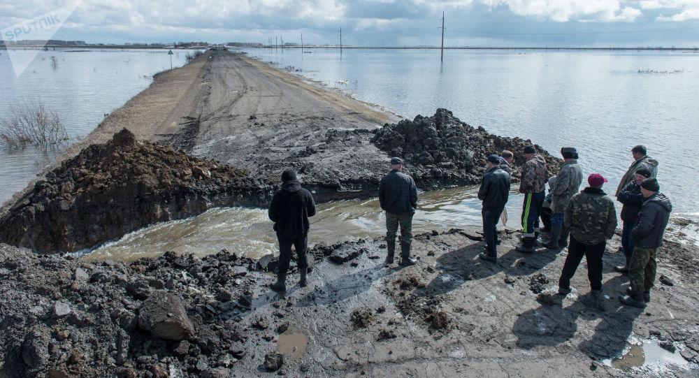 Разрушенная во время паводка дорога, архивное фото