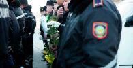 Жители Атырау возложили цветы на месте, где, спасая женщину, утонул 25-летний сержант полиции Шалкар Акымбеков