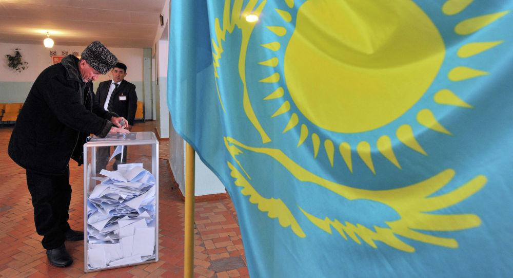 Мужчина на избирательном участке, архивное фото