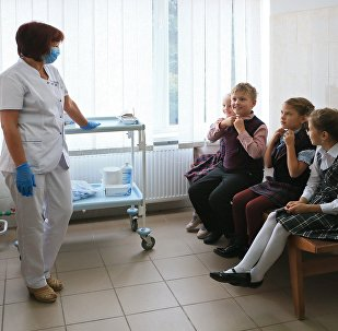Архивное фото школьников в кабинете у врача