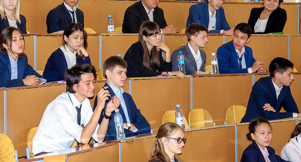 Архивное фото выпускников во время проведения Единого национального тестирования