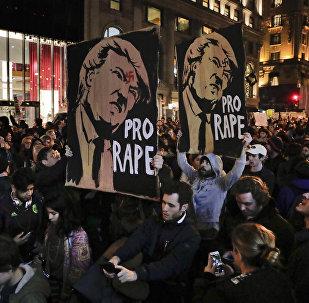 Сайланған президент Дональд Трампқа қатысты қарсылық шеруіне қатысушылар
