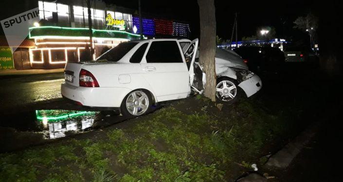 Неизвестная иномарка устроила аварию в микрорайоне Тау Самалы и скрылась