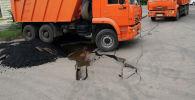 Колесо грузовика застряло в асфальте, архивное фото